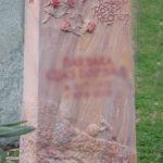 Stele aus Woodstone mit Rosen