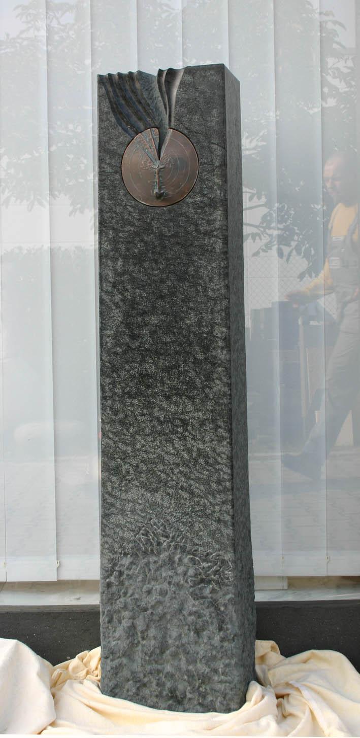 Diabas mit Bronzeornament