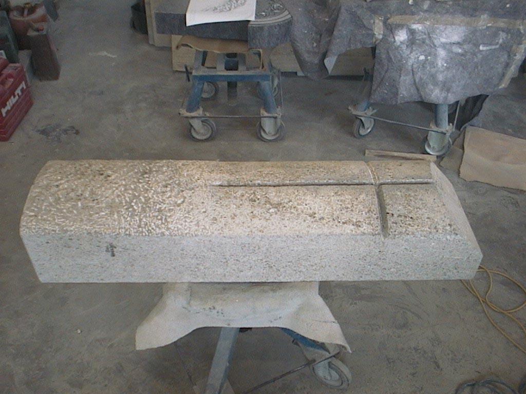 Das Kreuzornament wurde aus dem Stein herausgearbeitet