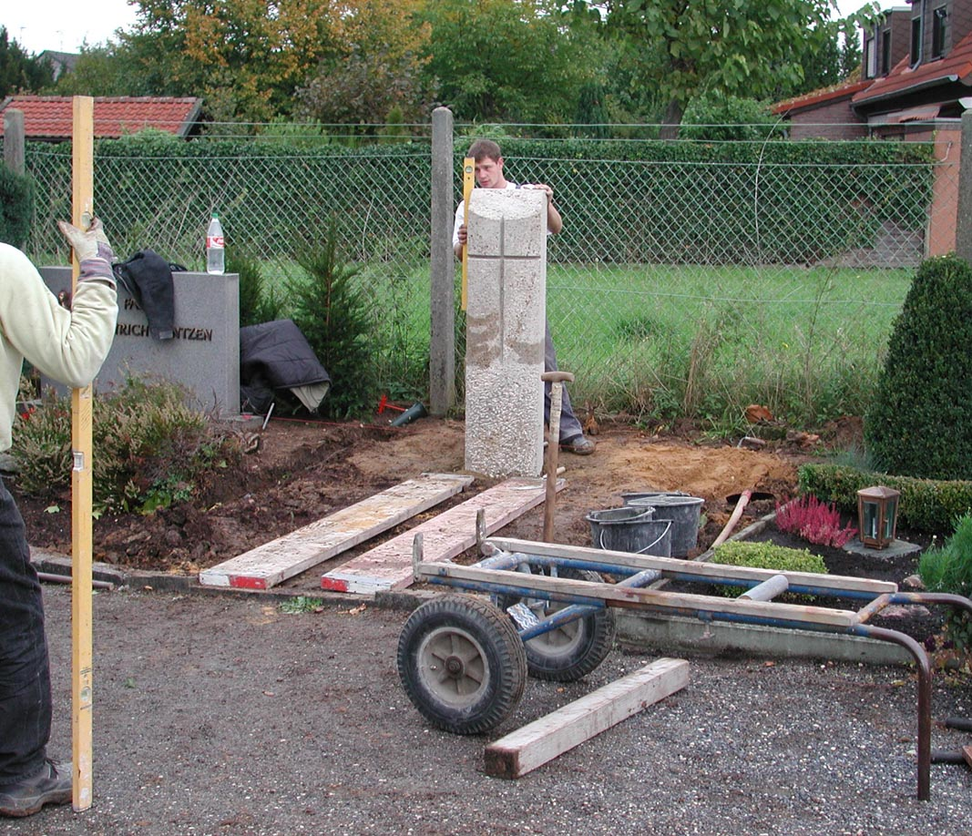 Der Stein wird aufgestellt und mit Wasserwage überprüft
