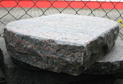 Stein mit geflammter Oberfläche und bossierten Seiten