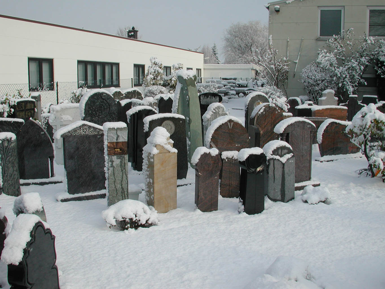 Die Ausstellung ist im Schnee eingebettet