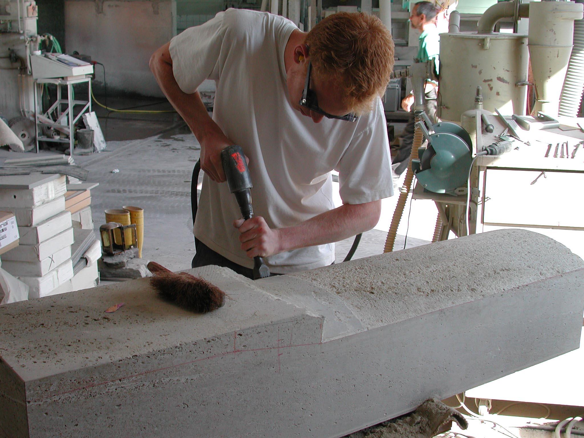 Stein wird mit einem Riffler bearbeitet