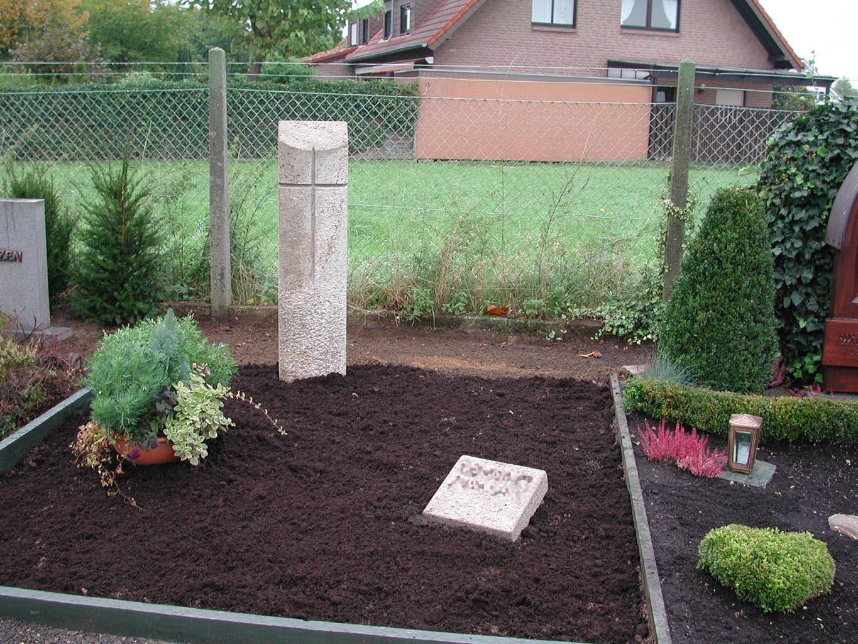 fertig augestellter Stein auf wiederhergerichteten Grab